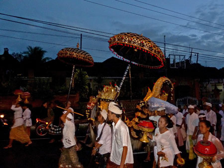 The procession returns to their buses and trucks over in Peliatan, Bali.