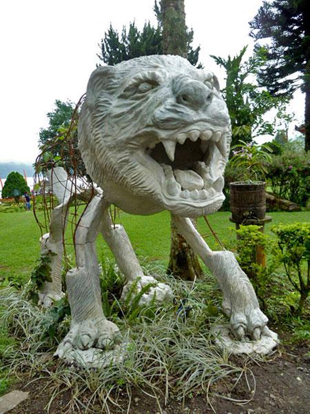 A fierce lion at Pura Ulun Danu Brutan, Bali.