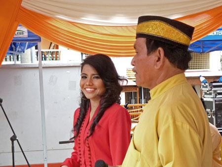 The two lead singers of Hiasan Budaya mug it up in Town Square, Melaka, Malaysia.