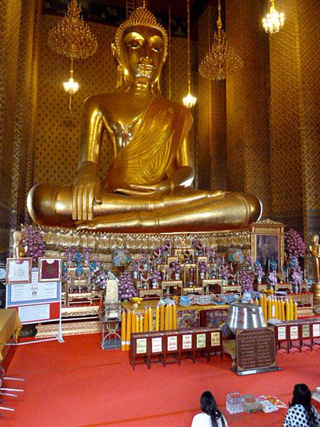 A big ol' Buddha bathed in gold at Wat Kanlayanamit in Bangkok, Thailand.