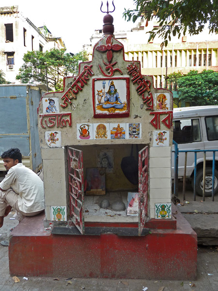 A Hindu shrine on Ashutosh Muckerjee Road in Kolkata, India.