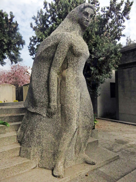 A statue of a woman of action at the Cementerio General de Santiago, Chile.