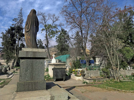 Goth in the sunshine at the Cementerio General de Santiago, Chile.